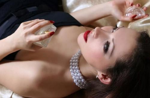 женщина наносит феромоны без запаха